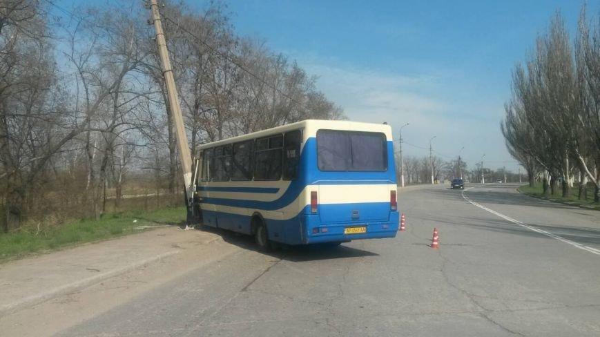 В Мариуполе рейсовый автобус врезался в столб. Пострадал пассажир (ФОТО), фото-1