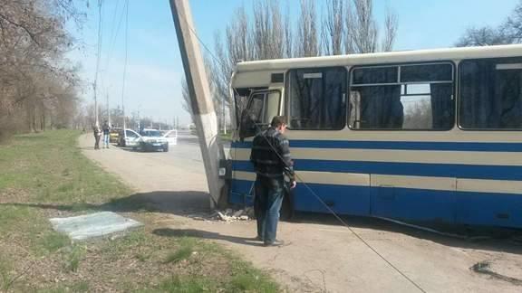 В Мариуполе рейсовый автобус врезался в столб. Пострадал пассажир (ФОТО), фото-3