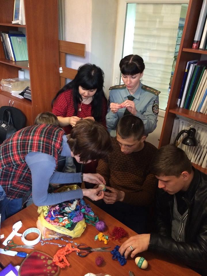 """""""Трудных"""" подростков в Покровске учили делать декоративные писанки, фото-1"""