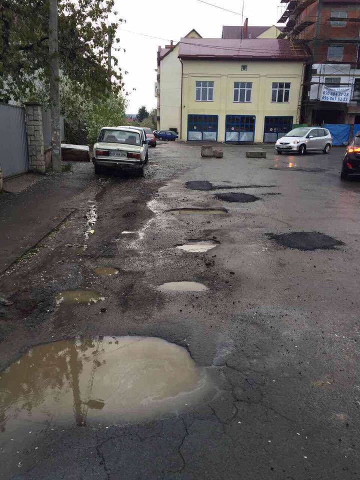В ужгородській мерії розповіли, чому біля Підгірної комунальники засипали асфальт у калюжі, фото-2