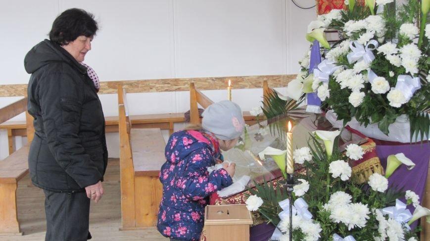 """В Ужгороді у церкві біля озера """"Кірпічка"""" цілують плащаницю: фото, фото-4"""