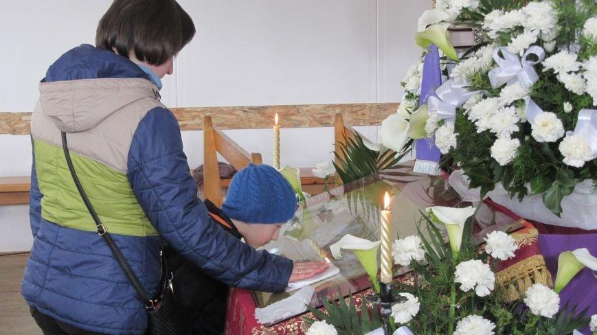 """В Ужгороді у церкві біля озера """"Кірпічка"""" цілують плащаницю: фото, фото-1"""