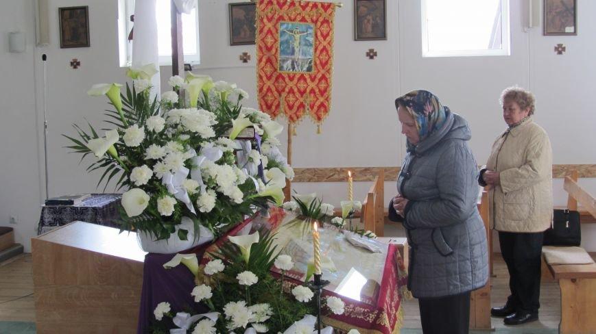 """В Ужгороді у церкві біля озера """"Кірпічка"""" цілують плащаницю: фото, фото-2"""