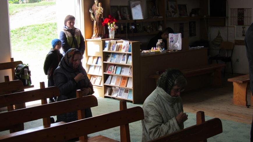 """В Ужгороді у церкві біля озера """"Кірпічка"""" цілують плащаницю: фото, фото-3"""