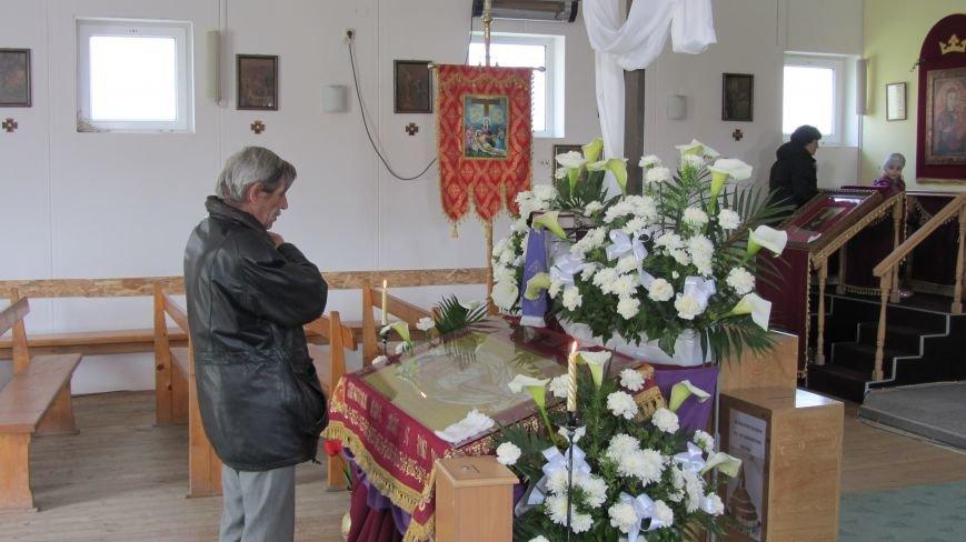 """В Ужгороді у церкві біля озера """"Кірпічка"""" цілують плащаницю: фото, фото-5"""