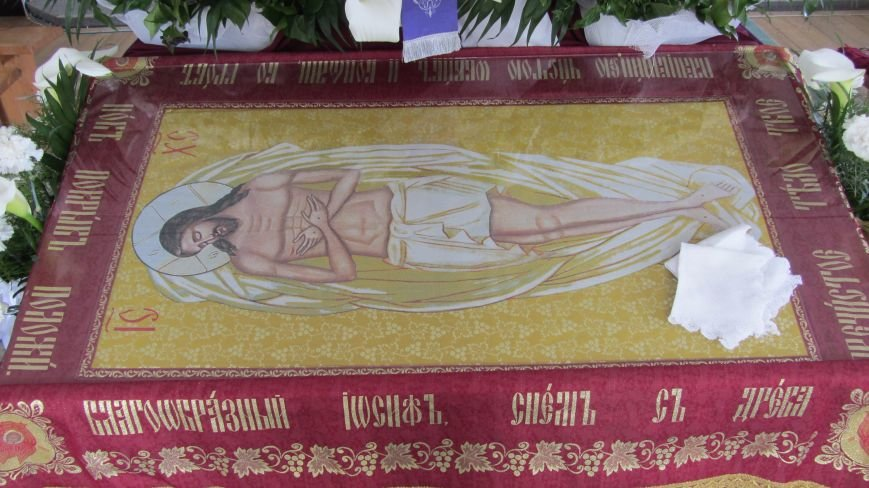 """В Ужгороді у церкві біля озера """"Кірпічка"""" цілують плащаницю: фото, фото-6"""