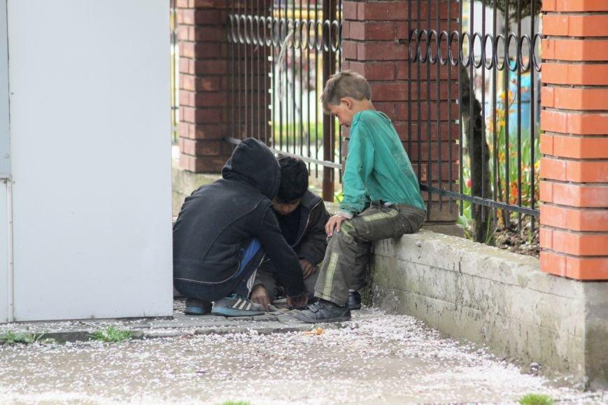 """На Швабській біля церкви трійко малих ромів грають у """"Дурня"""" на милостиню, отриману від водіїв: фото, фото-3"""