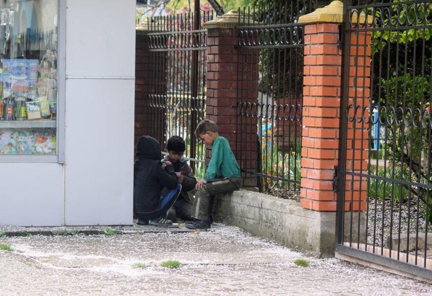 """На Швабській біля церкви трійко малих ромів грають у """"Дурня"""" на милостиню, отриману від водіїв: фото, фото-1"""