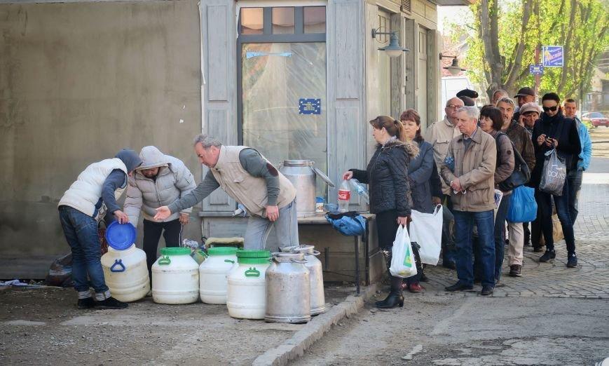 Великодні покупки - як ужгородці стоять у черзі за молоком від стихійних торгівців: фото, фото-1