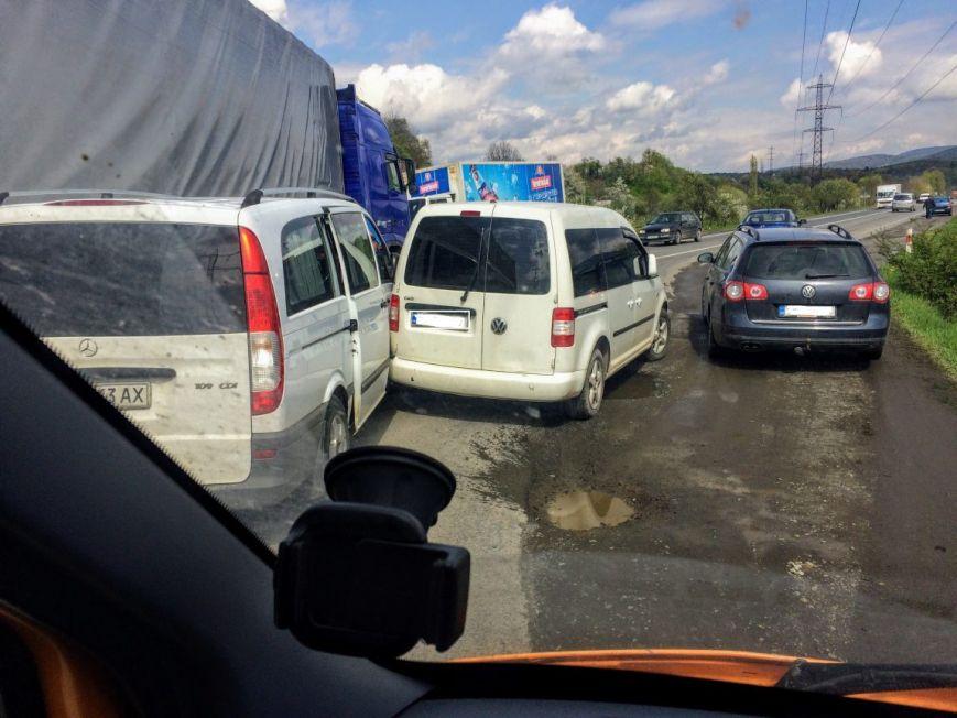 "На трасі ""Київ-Чоп"" поблизу Мукачева сталась ДТП за участю каміона та ще двох авто: фото, фото-1"