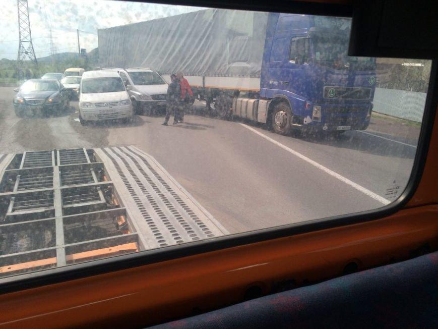 "На трасі ""Київ-Чоп"" поблизу Мукачева сталась ДТП за участю каміона та ще двох авто: фото, фото-2"