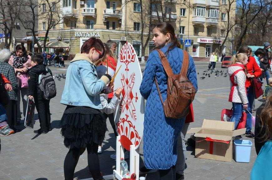 На Театральной площади в Мариуполе разукрашивали огромные писанки (ФОТО+ВИДЕО), фото-6