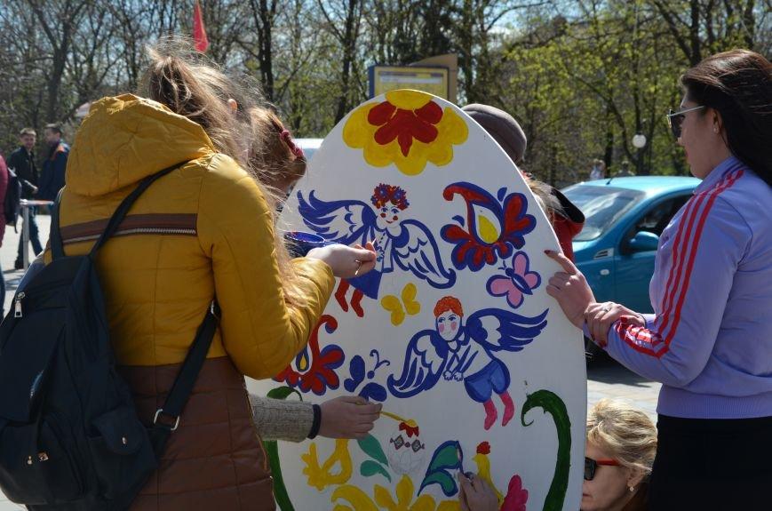 На Театральной площади в Мариуполе разукрашивали огромные писанки (ФОТО+ВИДЕО), фото-11