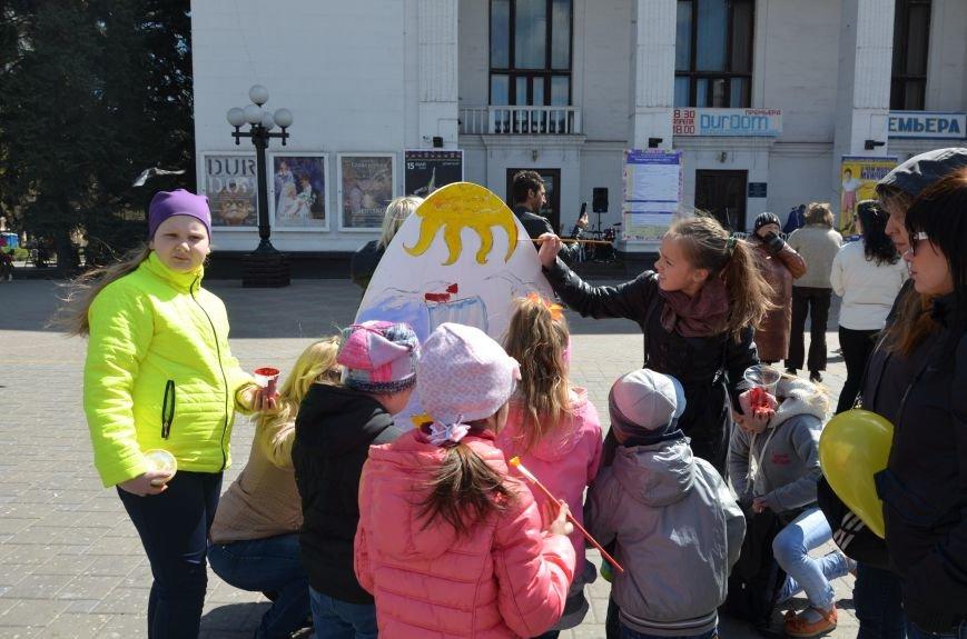 На Театральной площади в Мариуполе разукрашивали огромные писанки (ФОТО+ВИДЕО), фото-2