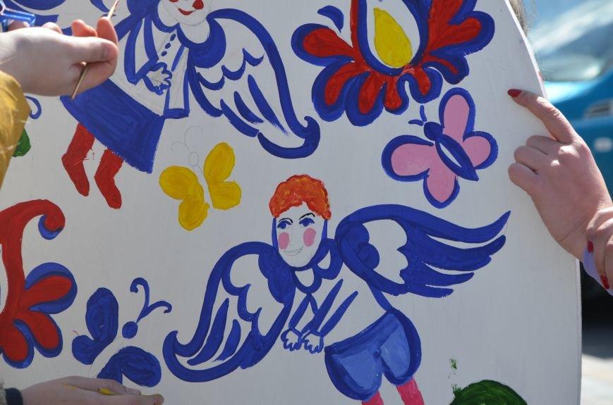 На Театральной площади в Мариуполе разукрашивали огромные писанки (ФОТО+ВИДЕО), фото-12