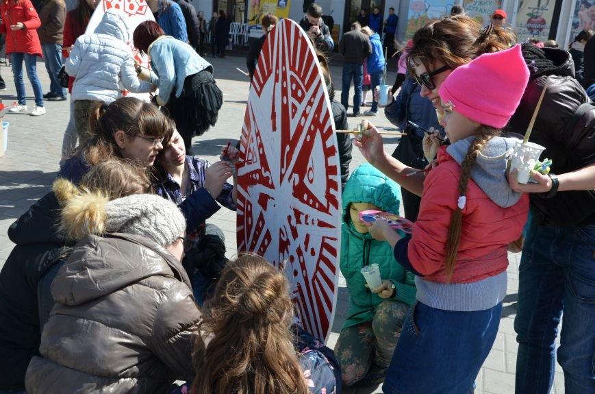 На Театральной площади в Мариуполе разукрашивали огромные писанки (ФОТО+ВИДЕО), фото-7