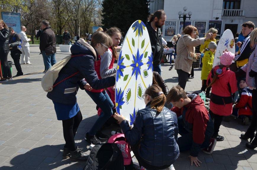 На Театральной площади в Мариуполе разукрашивали огромные писанки (ФОТО+ВИДЕО), фото-13