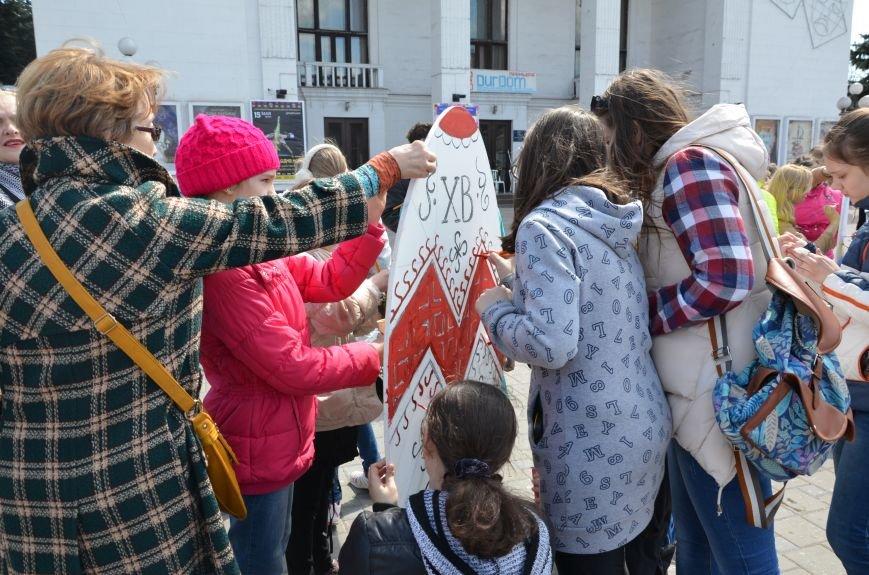 На Театральной площади в Мариуполе разукрашивали огромные писанки (ФОТО+ВИДЕО), фото-1
