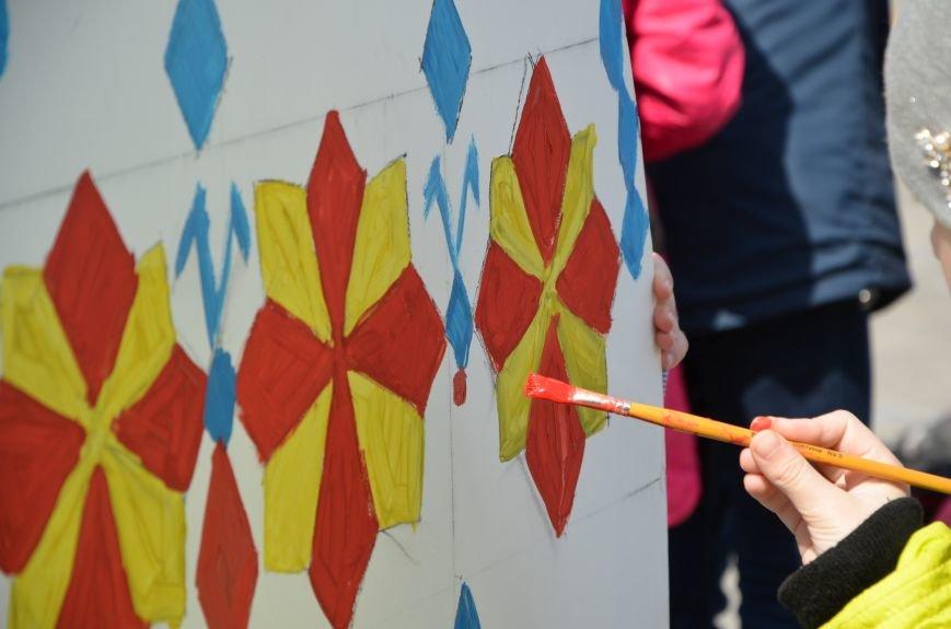 На Театральной площади в Мариуполе разукрашивали огромные писанки (ФОТО+ВИДЕО), фото-16