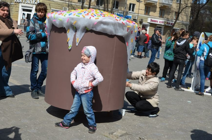 На Театральной площади в Мариуполе разукрашивали огромные писанки (ФОТО+ВИДЕО), фото-4
