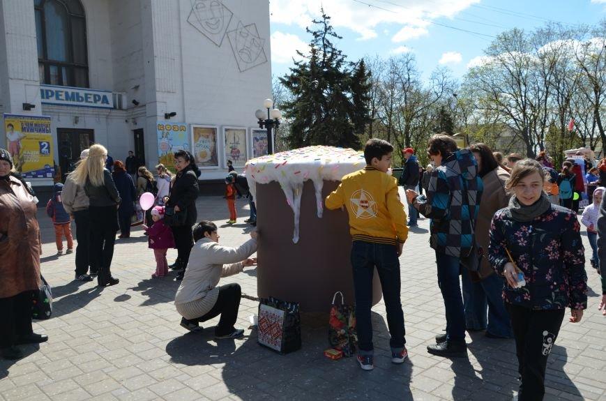 На Театральной площади в Мариуполе разукрашивали огромные писанки (ФОТО+ВИДЕО), фото-3