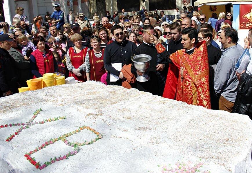 В Симферополе разрезали 250-килограммовую Царь-Пасху (ФОТО), фото-1