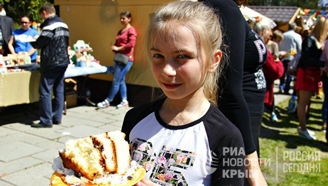 В Симферополе разрезали 250-килограммовую Царь-Пасху (ФОТО), фото-3