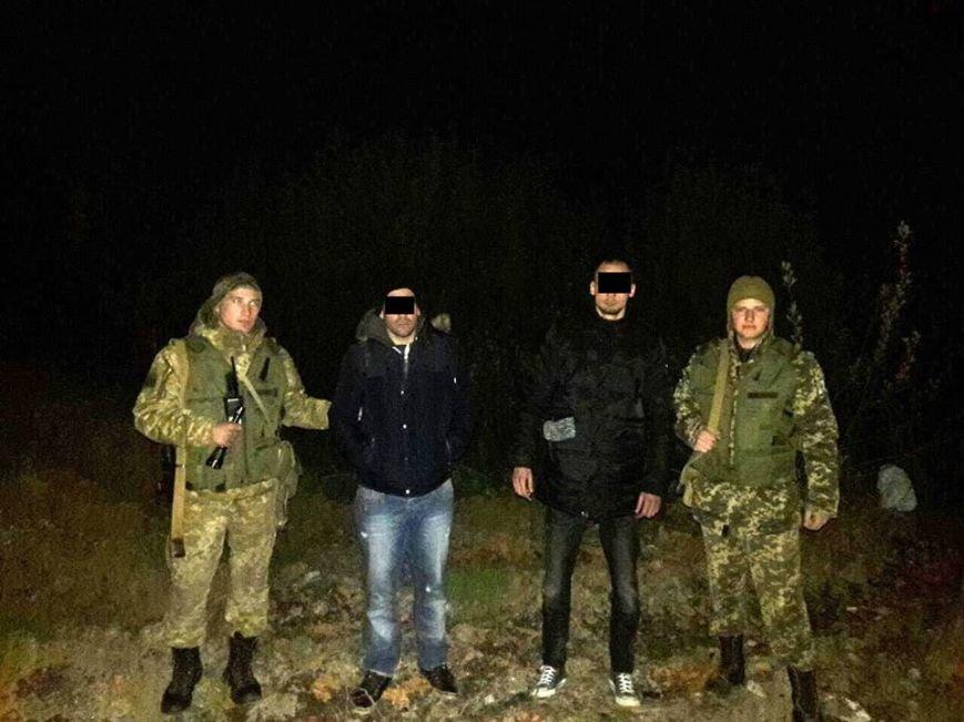 За 70 метрів від Угорщини закарпатські прикордонники затримали двох нелегалів з Алжиру: фото, фото-1