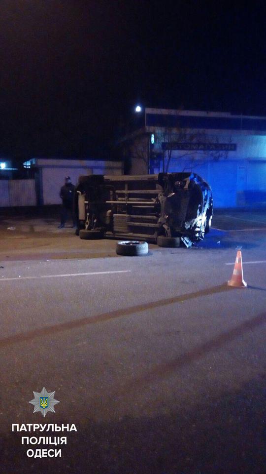Пьяный одессит врезался в столб и перевернул машину (ФОТО), фото-1