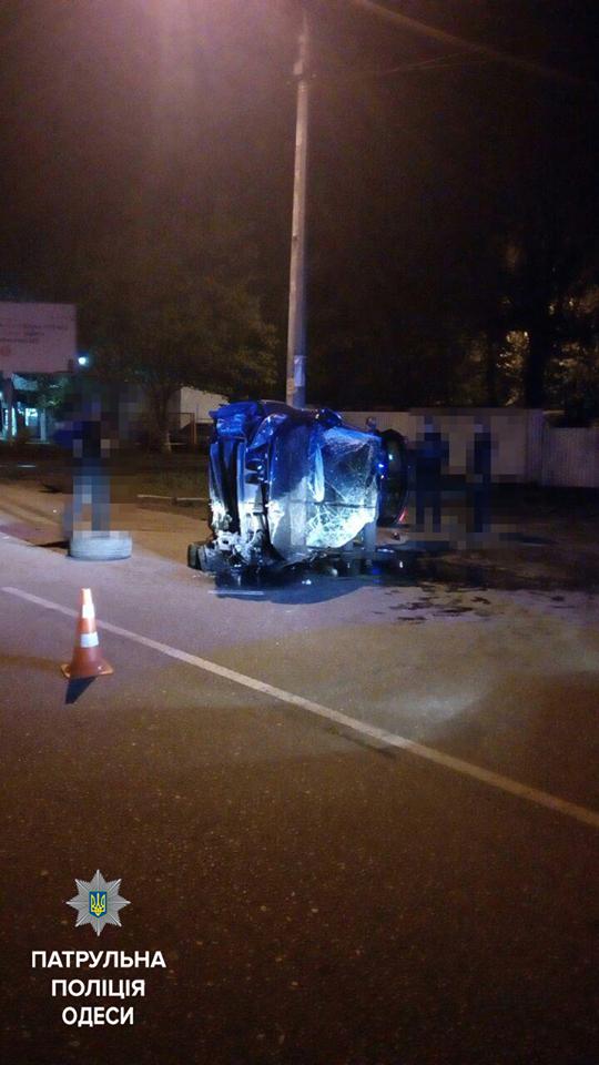 Пьяный одессит врезался в столб и перевернул машину (ФОТО), фото-2
