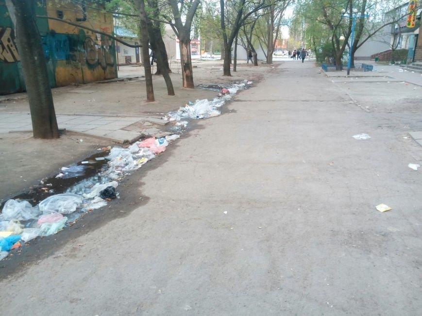Улицы города после праздника завалены мусором, фото-1