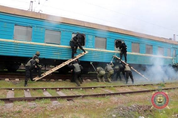 В Мариуполе спецназовцы освободили заложников в поезде, захваченном террористами, фото-2
