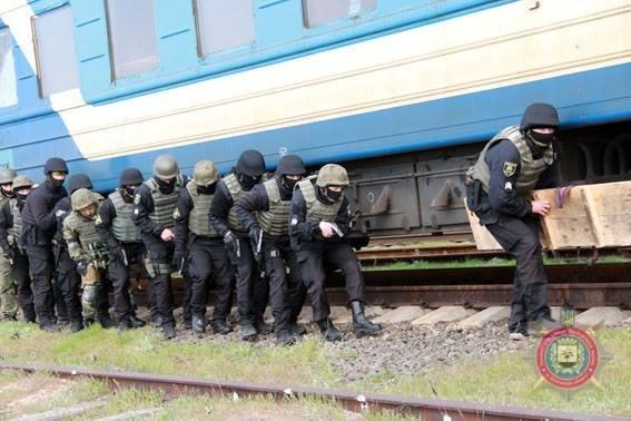 В Мариуполе спецназовцы освободили заложников в поезде, захваченном террористами, фото-1