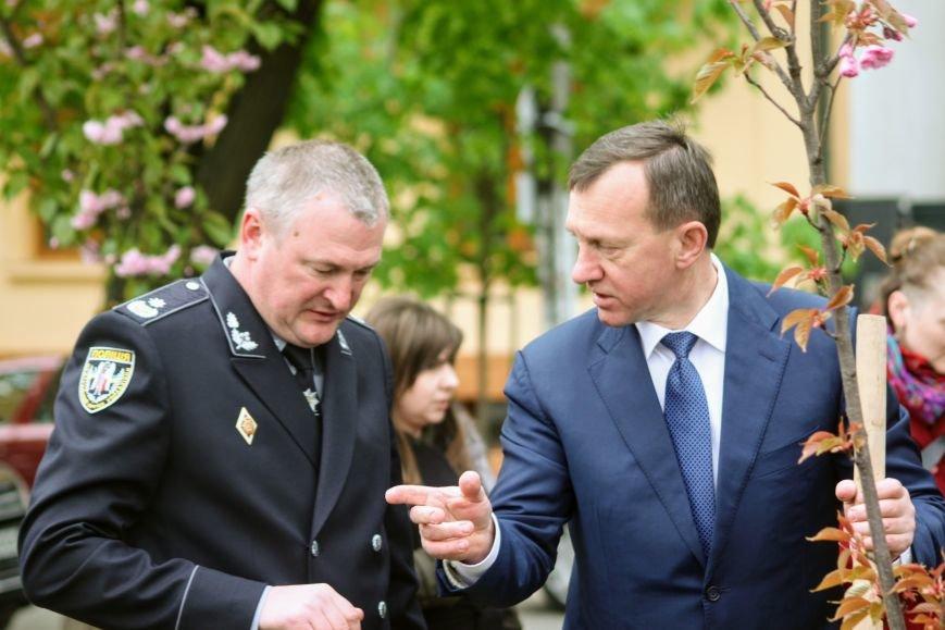 В Ужгороді на Православній набережній та проспекті Свободи дипломат із Японії посадив сакури: фоторепортаж, фото-2