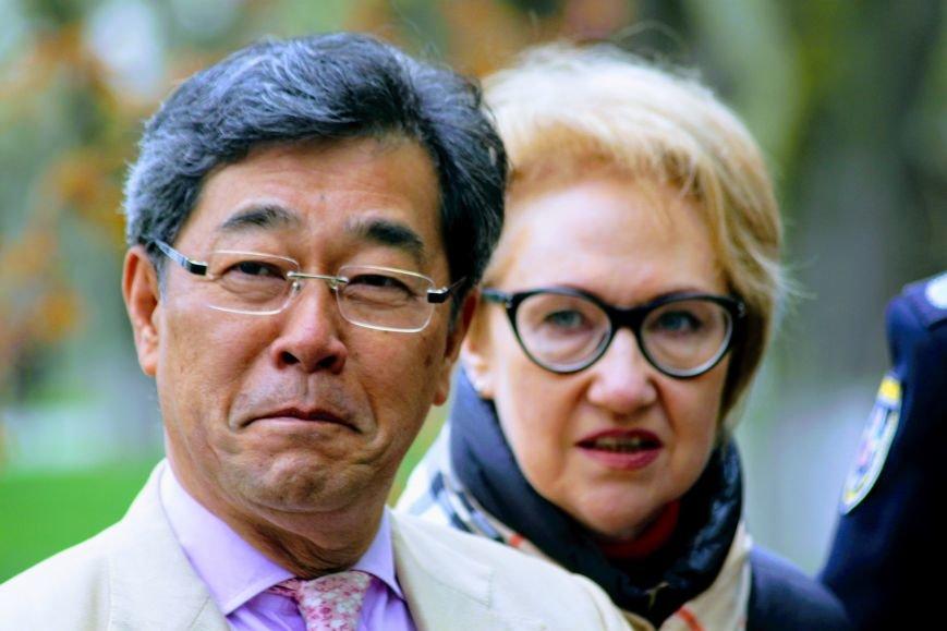 В Ужгороді на Православній набережній та проспекті Свободи дипломат із Японії посадив сакури: фоторепортаж, фото-12