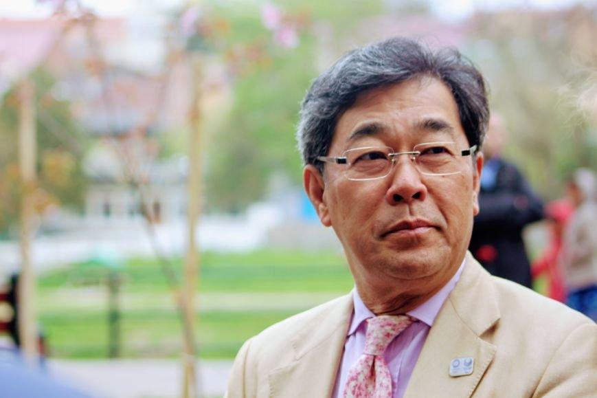 В Ужгороді на Православній набережній та проспекті Свободи дипломат із Японії посадив сакури: фоторепортаж, фото-4