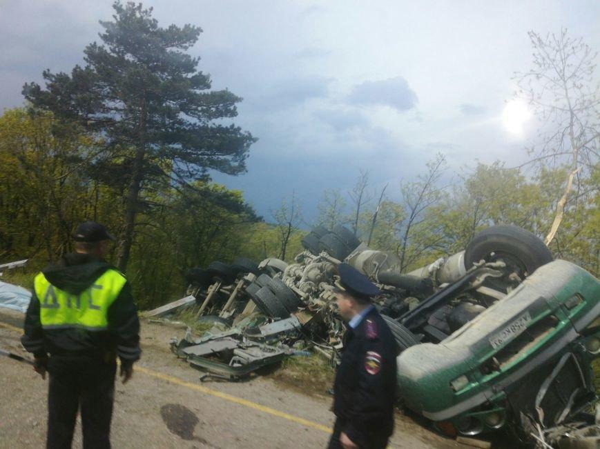 На ЮБК фура раздавила легковушку и вместе с ней рухнула с трассы (ФОТО), фото-3