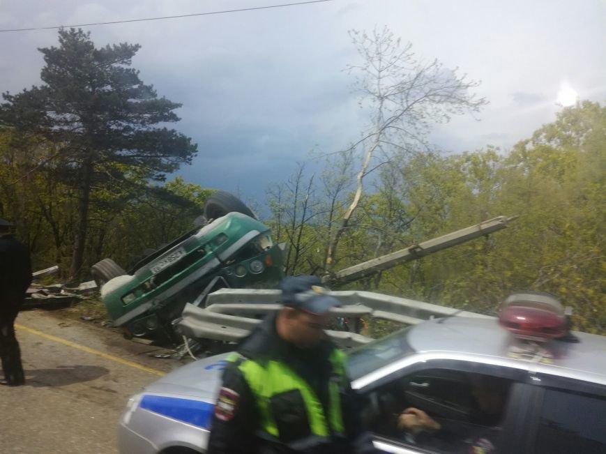 На ЮБК фура раздавила легковушку и вместе с ней рухнула с трассы (ФОТО), фото-4