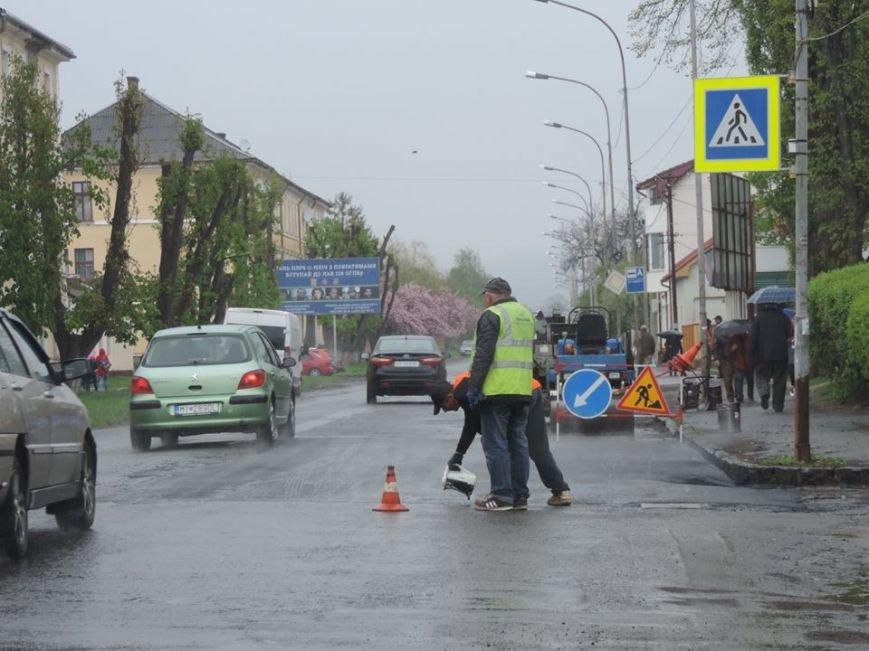 Дочекалися дощу: в Ужгороді комунальники поливають мокру дорогу на Другетів смолою із чайника, фото-1
