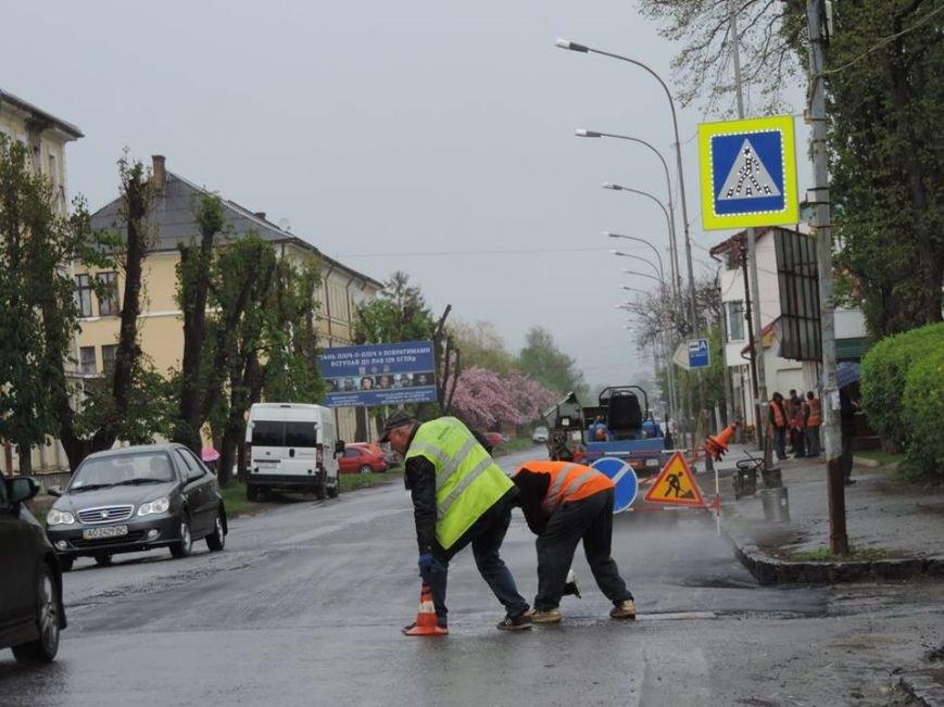 Дочекалися дощу: в Ужгороді комунальники поливають мокру дорогу на Другетів смолою із чайника, фото-2