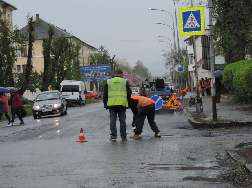 Дочекалися дощу: в Ужгороді комунальники поливають мокру дорогу на Другетів смолою із чайника, фото-3