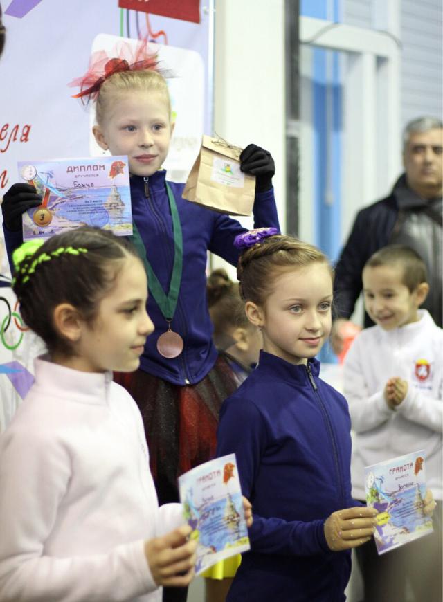 Ялтинские  фигуристки завоевали серебро и бронзу  на Севастопольском турнире, фото-1