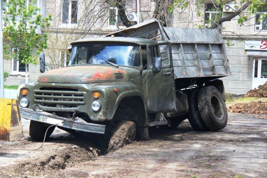 В центре Херсона в яму провалился грузовик (фото), фото-2