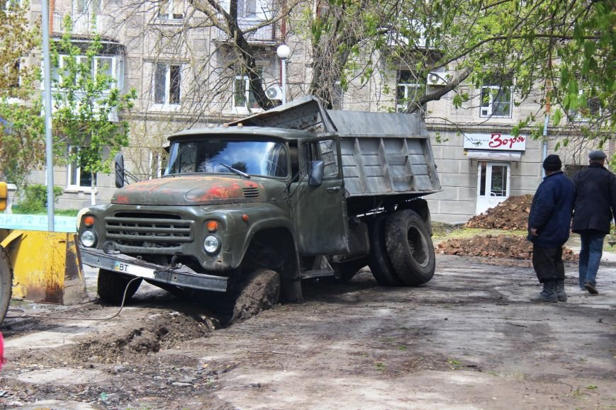 В центре Херсона в яму провалился грузовик (фото), фото-1