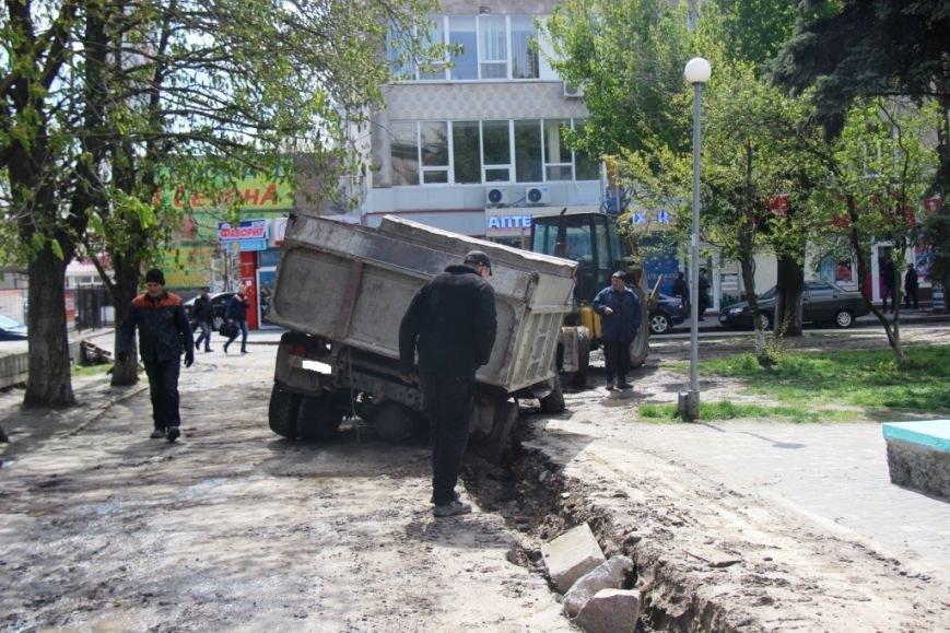 В центре Херсона в яму провалился грузовик (фото), фото-3