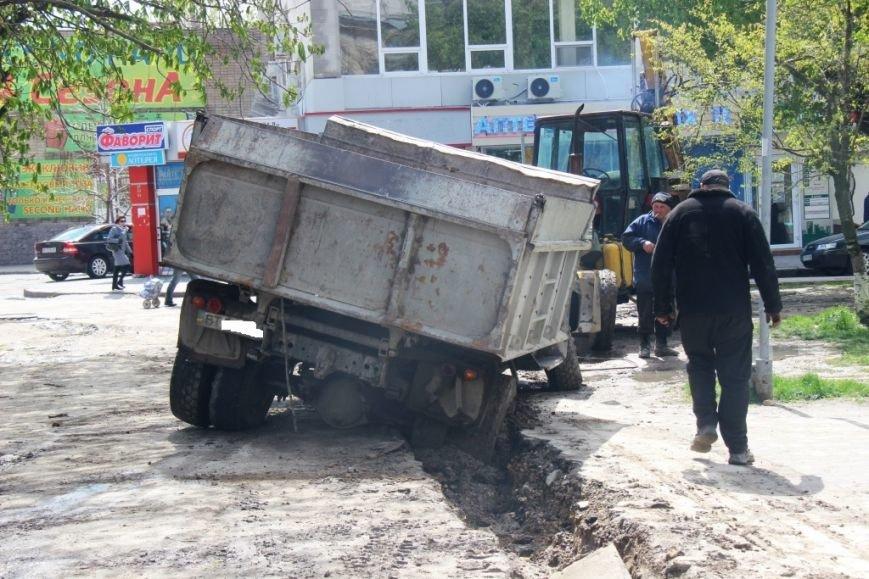 В центре Херсона в яму провалился грузовик (фото), фото-4