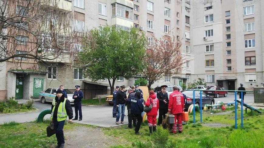 """В Ужгороді на місце """"вибуху"""" у багатоповерхівці на Джамбула виїхали кілька пожежних машин та карет """"швидкої"""": фото, фото-2"""