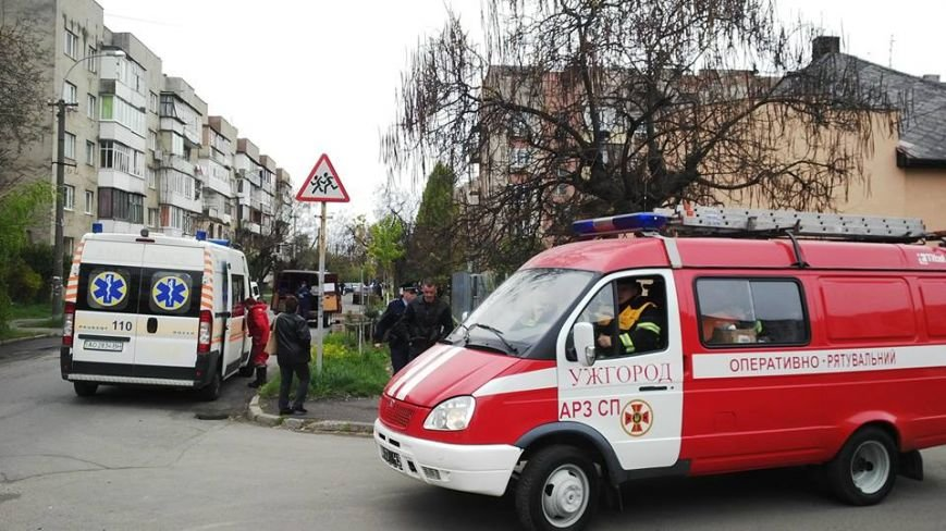"""В Ужгороді на місце """"вибуху"""" у багатоповерхівці на Джамбула виїхали кілька пожежних машин та карет """"швидкої"""": фото, фото-1"""