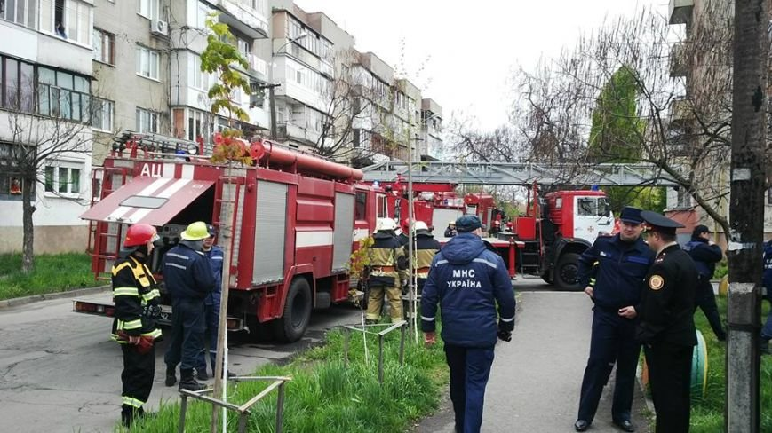 """В Ужгороді на місце """"вибуху"""" у багатоповерхівці на Джамбула виїхали кілька пожежних машин та карет """"швидкої"""": фото, фото-3"""
