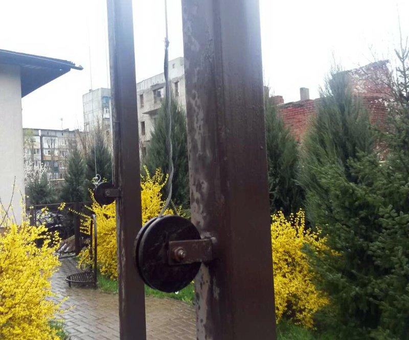 """В Покровске около ТЦ """"Лоза"""" неизвестный сорвал с флагштока флаг Украины и скрылся, фото-1"""